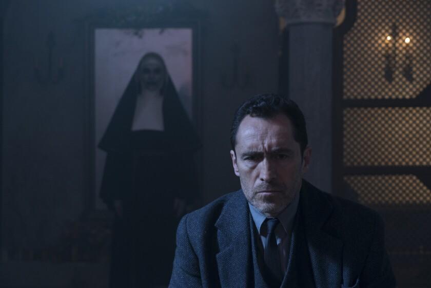 """Una escena de """"The Nun"""", cinta de terror protagonizada por el actor mexicano Demián Bichir que se encuentra ya en cartelera."""