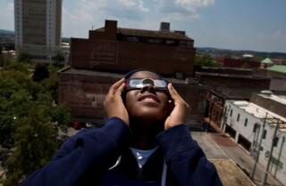 ¿Cómo saber si sus ojos se dañaron al ver el eclipse?
