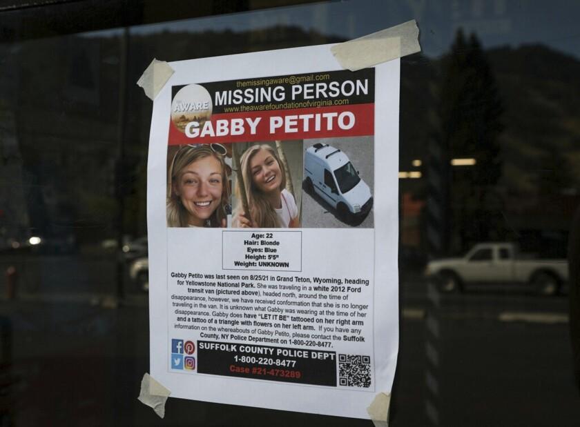 Un letrero de persona desaparecida en Jakson, Wyoming, en busca de Gabby Petito, de 22 años.