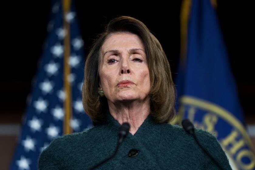 """Los líderes demócratas en el Congreso, Nancy Pelosi y Chuck Schumer, calificaron de """"positivo y productivo"""" el encuentro mantenido hoy con sus homólogos del Partido Republicano y funcionarios de la Casa Blanca en el que abordaron la necesidad de aprobar un nuevo presupuesto gubernamental. EFE/ARCHIVO"""