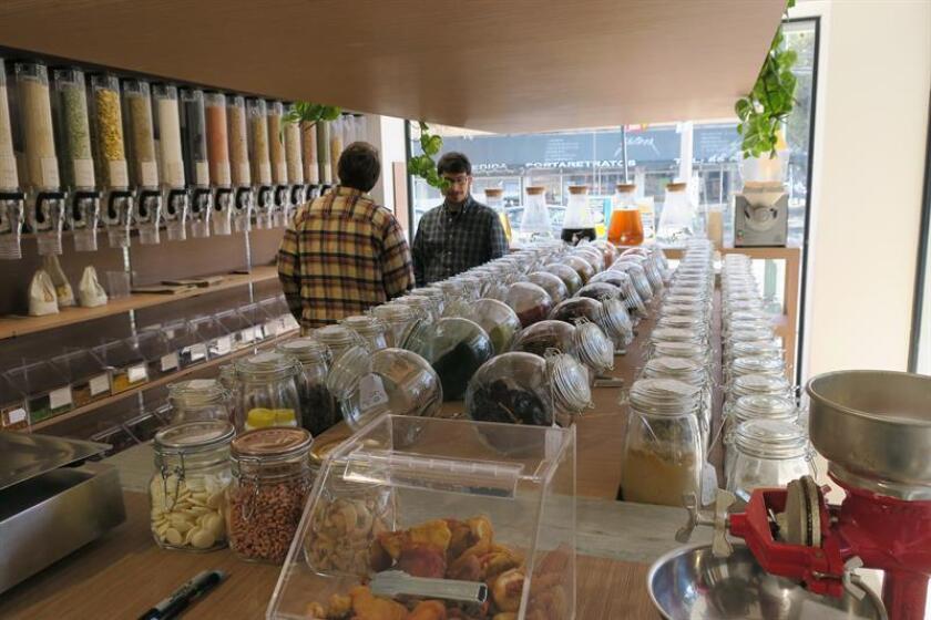 Fotografía del 12 de diciembre de 2017 que muestra personas comprando alimentos en el supermercado Botánica Granel, donde el consumidor lleva su propio recipiente y se sirve la cantidad que desea de los productos, en Ciudad de México (México). EFE