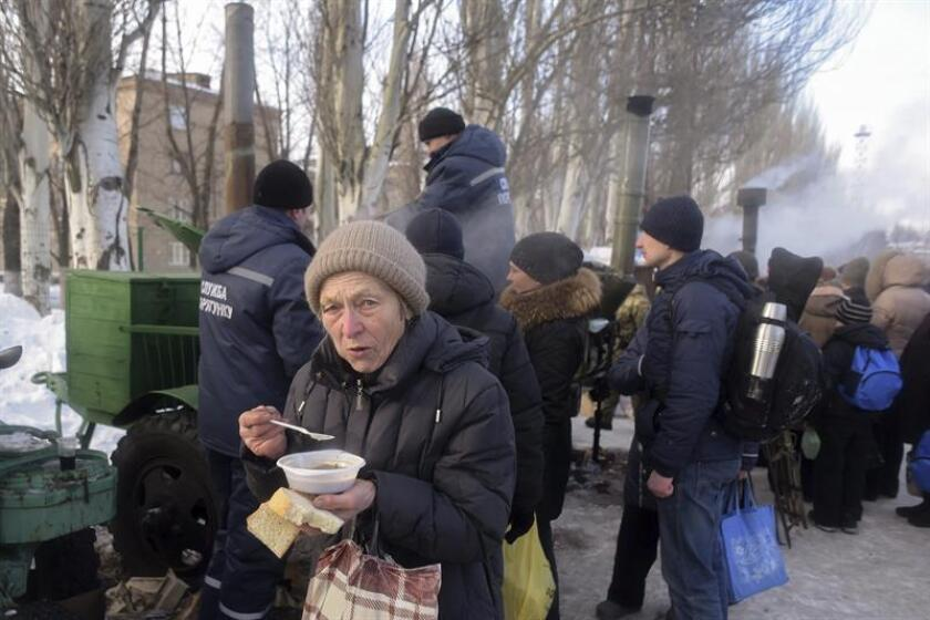 Militares ucranianos sirven comida a ciudadanos de Avdéyevka, en la región de Donetsk, Ucrania, hoy, 1 de febrero de 2017. EFE