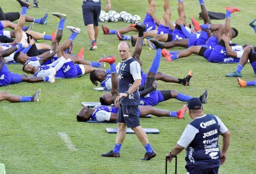 El director técnico uruguayo Fabián Coito (c) durante un entrenamiento de la selección nacional de Honduras celebrado este lunes en el estadio Olímpico Metropolitano de la ciudad de San Pedro Sula (Honduras). EFE