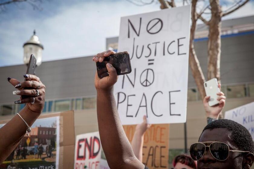 Las protestas por la decisión de un fiscal de no presentar cargos contra dos policías que supuestamente mataron a un joven negro de 22 años por creer que portaba una pistola se han saldado con 80 personas detenidas en Sacramento (California), informó hoy la Policía. EFE/Archivo