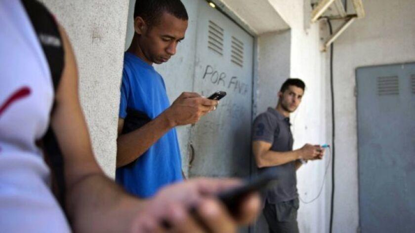 El gobierno cubano anunció un plan de prueba de dos meses para permitir el acceso a internet en hogares particulares al tiempo que se van a rebajar las tarifas.