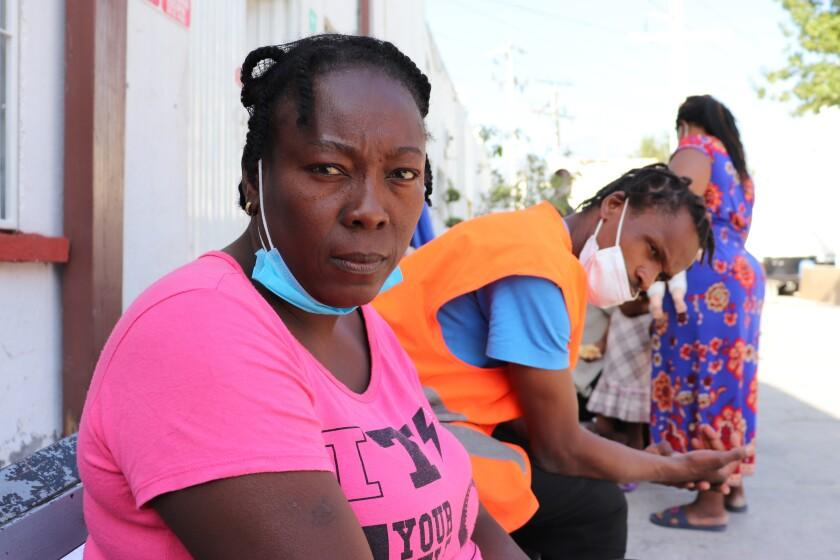 Violene Marseille, de 36 años, de Haití, posa para un retrato en Monterrey, México