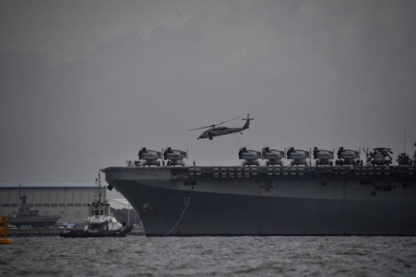 Un helicóptero naval de la marina de EE.UU. UH-60 Seahawk despega desde el buque de asalto anfibio USS America durante las operacioens de búsqueda y rescate de los marineros desaparecidos en la colisión del destructor USS John S. McCain en la costa este de Singapur (Singapur), el pasado 21 de agosto. EFE/Archivo
