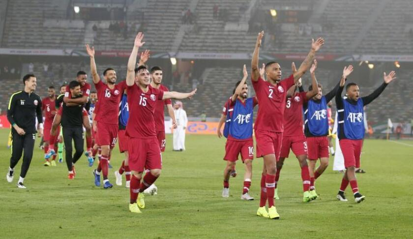 Los jugadores de la selección catarí de fútbol celebran su victoria en el encuentro correspondiente a la Copa de Asia entre Catar y Arabia Saudí disputado en Abu Dabi (Emiratos Árabes Unidos) este jueves. EFE