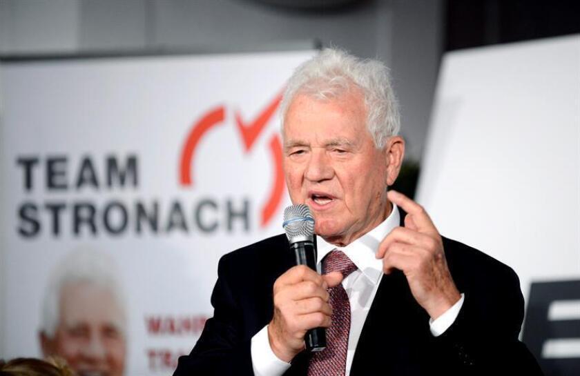 El empresario canadiense Frank Stronach gesticula durante una rueda de prensa para presentar su nuevo partido 'Team Stronach', en Viena, Austria. EFE/Archivo
