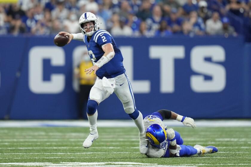 En foto del domingo 19 de septiembre del 2021, el quarterback de los Colts de Indianápolis Carson Wentz en el encuentro ante los Rams de Los Ángeles. El lunes 20 de septiembre del 2021, los Colts indicaron que Wentz sufrió un esguince en ambos tobillos en la derrota del domingo. (AP Photo/AJ Mast)