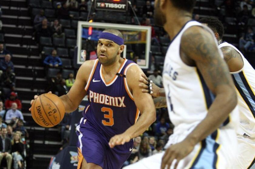 El jugador Jared Dudley (c) de Phoenix Sun controla el balón durante un partido entre Phoenix Sun y Memphis Grizzlies de la NBA, en el FedEx Forum, en Memphis, Tennessee (Estados Unidos). EFE