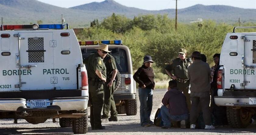 """La inmigración de mexicanos a Estados Unidos pasó de ser """"una gran ola a una suave corriente"""" y cada vez están más capacitados profesionalmente, señalaron hoy expertos durante un foro del Instituto de Política de Migración (MPI). EFE/ARCHIVO"""