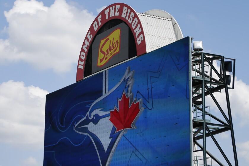 En esta imagen del 24 de julio de 2020, se ve un letrero en el Sahlen Field, sede de la filial Triple-A de los Azulejos de Toronto, en Buffalo, Nueva York. (AP Foto/Jeffrey T. Barnes, Archivo)