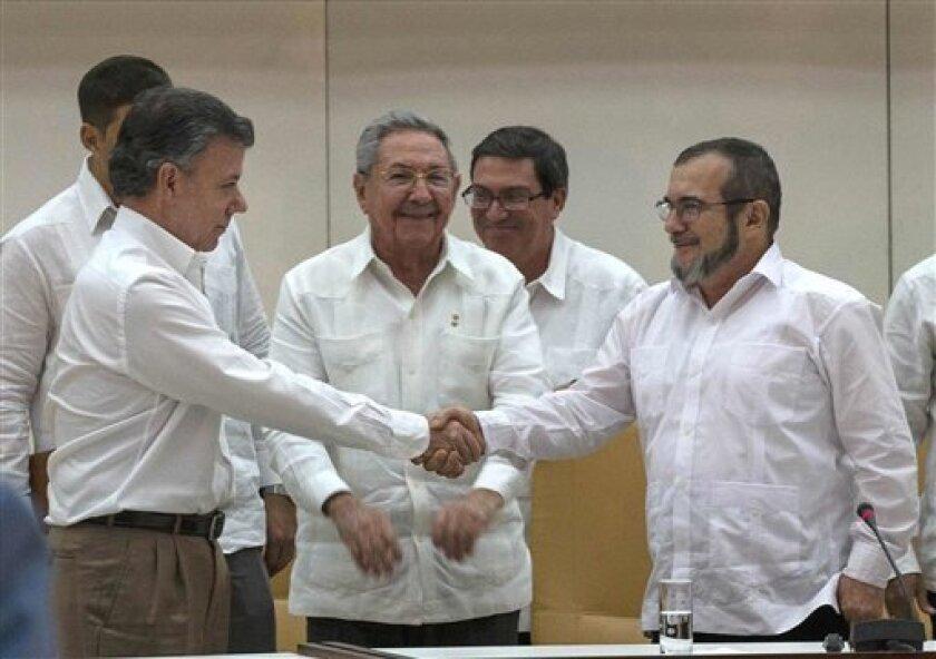 """El presidente de Colombia, Juan Manuel Santos, galardonado hoy con el Nobel de la Paz, consideró que la concesión del premio es """"inestimable"""" para el avance del proceso de negociación con las FARC, según reveló el comité noruego."""