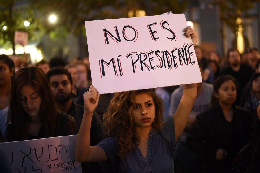 Kimmy, quien prefirió no dar su nombre, protesta en Oakland, California. Reuters
