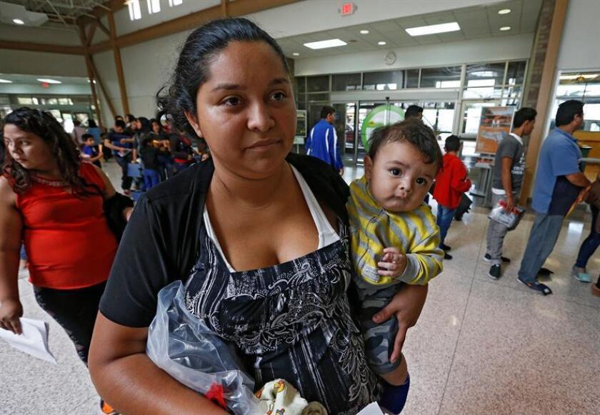 Vista de varias familias migrantes que son procesadas en la Estación Central de Autobuses. EFE/Archivo