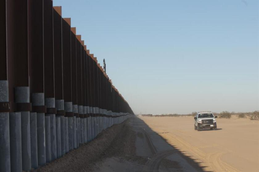 El comité administrativo de Las Cruces, Nuevo México, inició hoy una discusión sobre una resolución que se opone a la construcción del muro fronterizo entre EE.UU. y México propuesto por el presidente Trump, en su parte que separa el condado de Doña Ana de la frontera mexicana. EFE/ARCHIVO