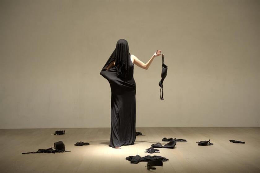 """Fotografía sin fecha cedida hoy, sábado 14 de abril de 2018, por María J. Arjona, donde se muestra un momento de la pieza """"All the Others in Me"""" (Todos los otros en mí), un """"performance"""" en el que hace un """"striptease"""" """"hacia dentro,"""" no se impone límites, pero sí está decidida a no transitar con su arte por los caminos de la violencia. EFE/María J. Arjiona/SOLO USO EDITORIAL/NO VENTAS"""