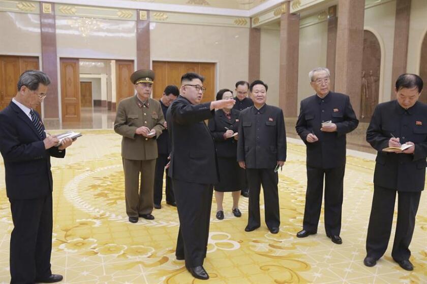 Fotografía sin fecha facilitada por la Agencia Central de Noticias de Corea del Norte (KCNA), que muestra al líder norcoreano, Kim Jong-un (c), durante una visita guiada en el Museo de la Revolución tras su remodelación, en Pyongyang, Corea del Norte. EFE/Kcna SOLO USO EDITORIAL[SÓLO USO EDITORIAL]