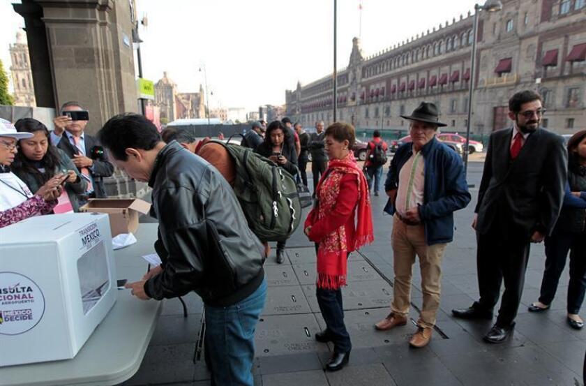 Ciudadanos mexicanos votan en urnas instaladas en diferentes puntos de Ciudad de México (México). EFE