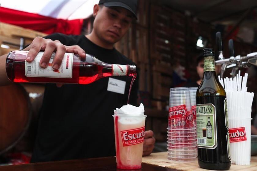 Un equipo de la Universidad Brown en Rhode Island (EE.UU.) ha determinado que un cambio molecular podría ayudar a explicar por qué unos vasos de vino pueden dañar la memoria durante días y por qué motivos los alcohólicos pueden recaer después de décadas de abstinencia. EFE/Archivo