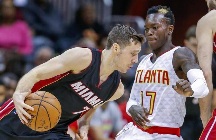 El esloveno Goran Dragic (i) de Miami Heat avanza con el balón frente al alemán Dennis Schroeder (d) de Atlanta Hawks durante un juego de la NBA realizado en Philips Arena en Atlanta (EE.UU.). EFE
