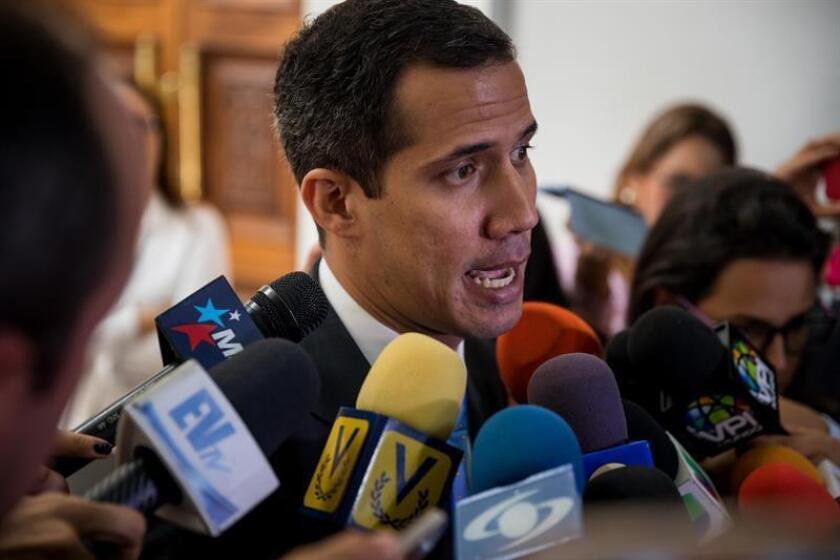 El presidente de la Asamblea Nacional de Venezuela, Juan Guaidó (c), ofrece declaraciones a periodistas. EFE/Archivo