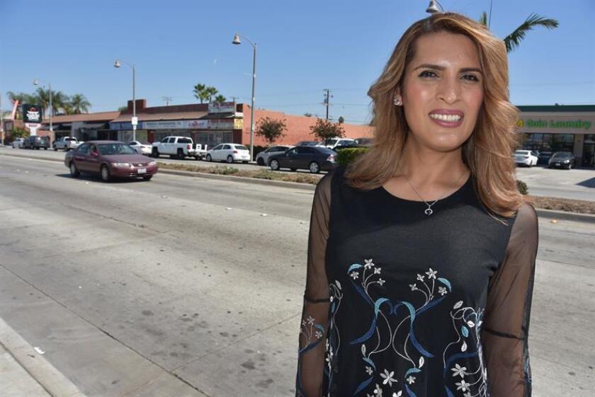 La transgénero mexicana Victoria Murillo posa para Efe el 23 de septiembre de 2018, en una calle en la ciudad de Bell, California. EFE