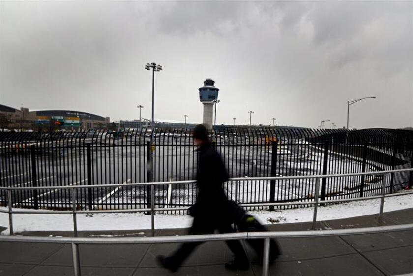 Fotografía de una persona que llega al aeropuerto LaGuardia de Nueva York (EE.UU.). EFE/Archivo