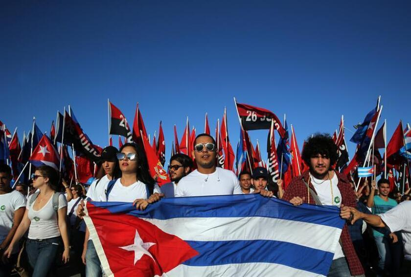 Jóvenes desfilan en la parada militar por el 58 aniversario de la Revolución Cubana el lunes 2 de enero de 2016, en la Plaza de la Revolución de La Habana (Cuba). EFE/Archivo