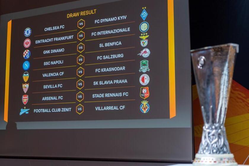 Una pantalla muestra los resultados del sorteo de la ronda de octavos de final de la Liga Europa, en la sede de la UEFA en Nyon (Suiza), este viernes. EFE