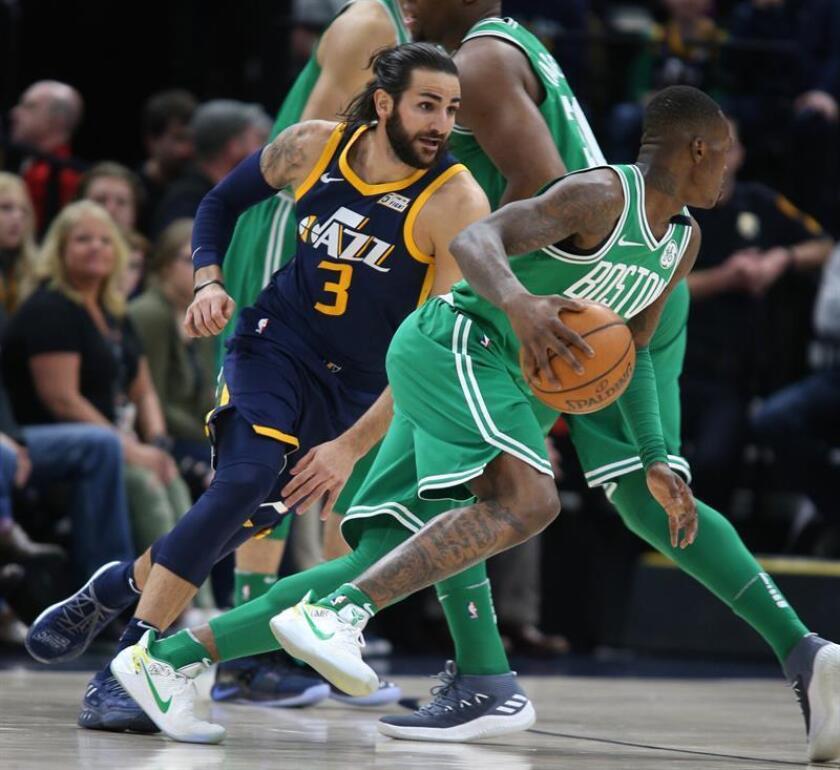 Ricky Rubio (C) de Utah Jazz en acción ante Terry Rozier (d) de Boston Celtics este 28 de marzo de 2018, durante un partido de la NBA en el Energy Solutions Arena en Salt Lake City, Utah (EE.UU.). EFE