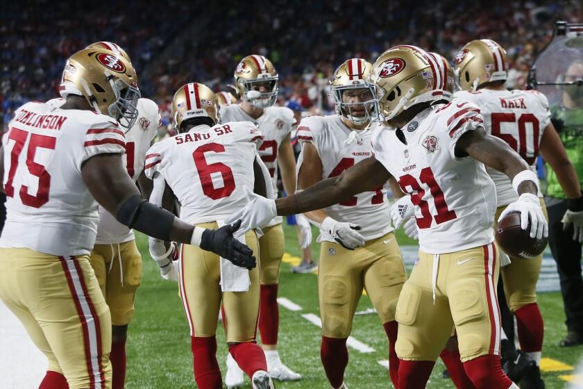 El wide receiver de los 49ers de San Francisco Trent Sherfield celebra luego de anotar en una recepción de 5 yardas