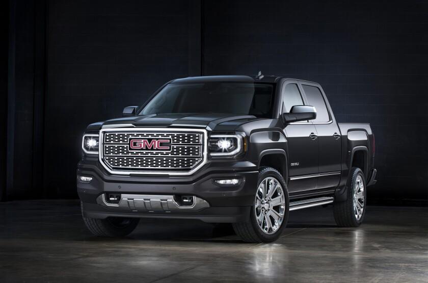 """La camioneta """"pickup"""" GMC Sierra SLT 2016 en su version Denali, la más alta de la gama."""