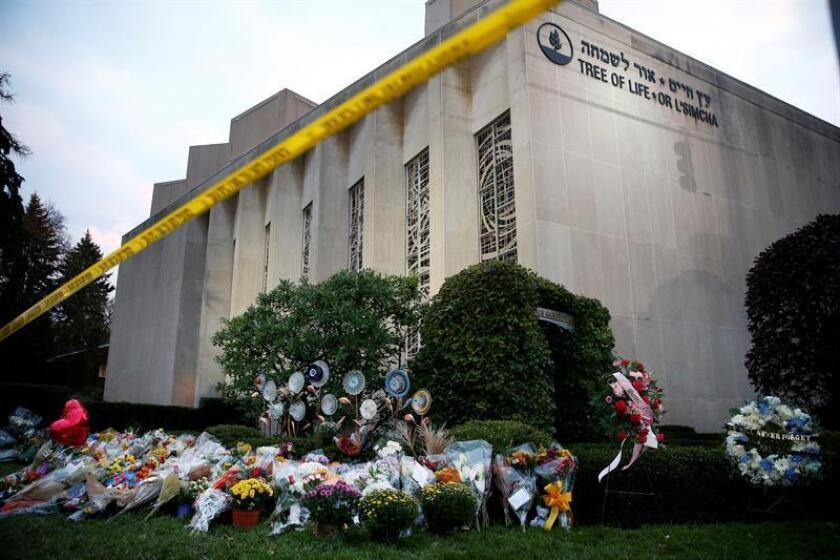 Vista de ofrendas florales, en la sinagoga del Árbol de la Vida, después de un tiroteo masivo, en Pittsburgh, Pennsylvania (EE.UU.). EFE/Archivo