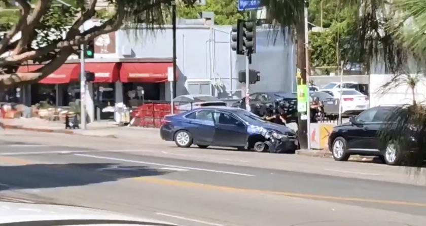 El individuo estrelló su vehícculo afuera de una tienda, a la que ingresó corriendo para atrincherarse.