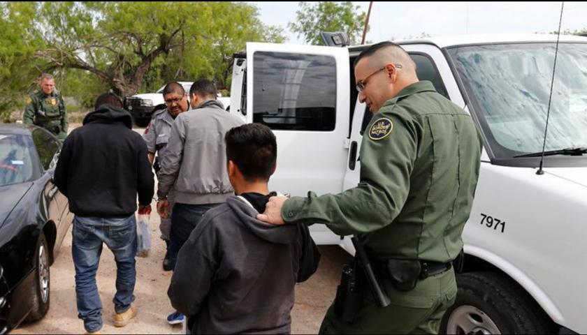 Agentes de la Patrulla Fronteriza estadounidense procesan a un grupo de personas. EFE/Archivo