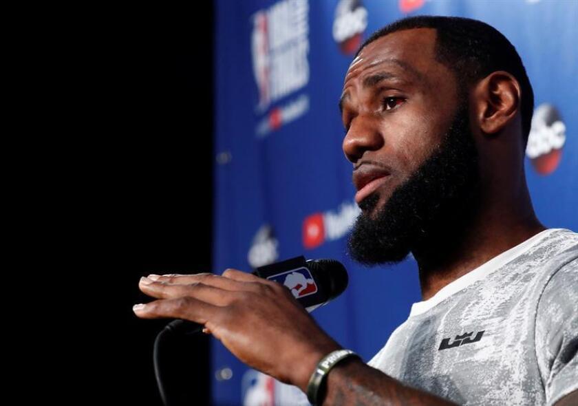El jugador de los Cavaliers de Cleveland LeBron James habla en una rueda de prensa durante un entrenamiento hoy, jueves 7 de junio de 2018, previo al cuarto juego de las finales de la NBA entre Warriors de Golden State y Cavaliers de Cleveland, en Quicken Loans Arena en Cleveland (EE.UU.). EFE