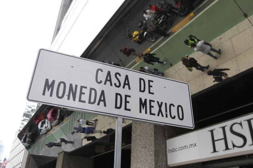 Vista de una señal de ubicación frente a la Casa de Moneda donde trabajadores de los medios de comunicación esperan información luego de que un grupo armado realizara un robo en sus instalaciones en el céntrico Paseo de la Reforma de la Ciudad de México (México). EFE/Mario Guzmán