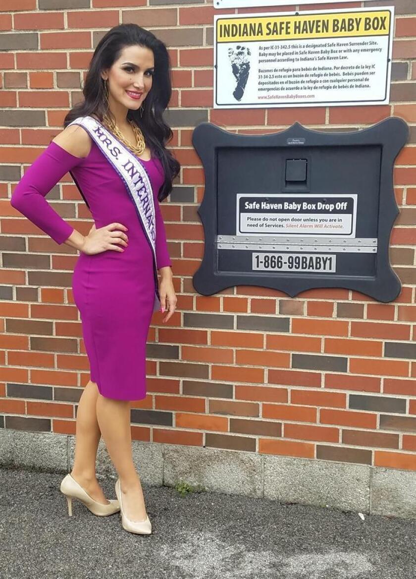 """Fotografía cedida por """"Safe Haven Baby Boxes"""", muestra a su portavoz Miss International 2016 Priscillia Pruitt junto a uno de los """"buzones"""" inteligentes, que buscan evitar que los bebés de que aquellas madres que no los desean sean abandonados en las calles y tengan un lugar en el que anónimamente puedan dejarlos a salvo en Chicago (Estados Unidos). EFE/SOLO USO EDITORIAL"""