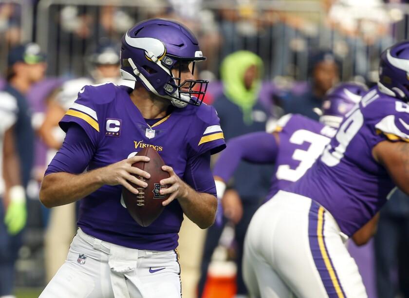 El quarterback de los Vikings de Minnesota Kirk Cousins se alista para lanzar el balón en el encuentro ante los Seahawks de Seattle el domingo 26 de septiembre del 2021. (AP Foto/Bruce Kluckhohn)