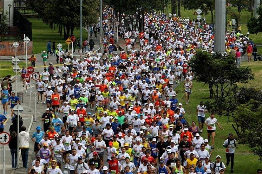 Miles de personas participan en la Media Maratón de Bogotá (Colombia), que se corre por las principales calles de la capital colombiana. EFE/Archivo