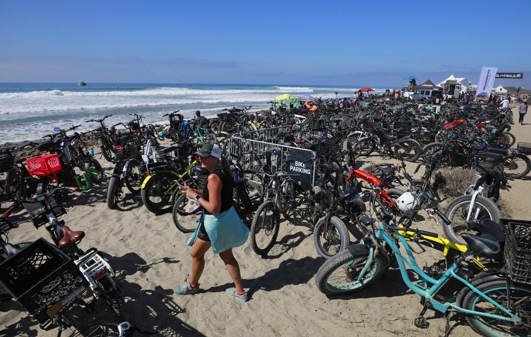 Um mar de motos de fãs alinham-se na praia nas finais da World Surf League.