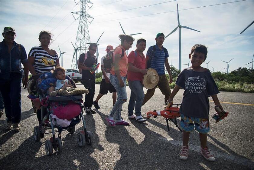 Migrantes centroamericanos que se dirigen a Estados Unidos salen de la localidad de Niltepec rumbo al municipio de Juchitán, en el estado de Oaxaca (México) hoy, martes 30 de octubre de 2018. EFE