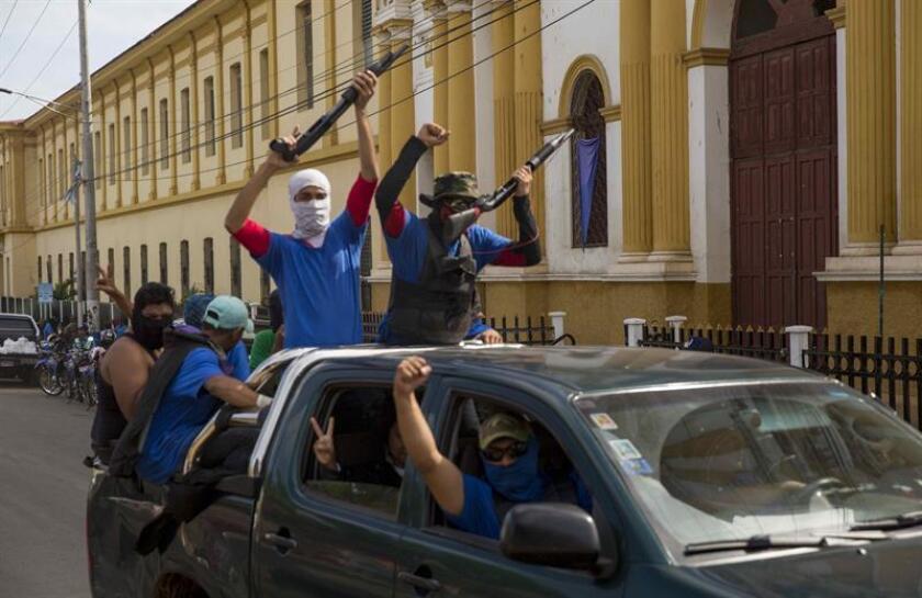 Personas con la cara tapada vigilan las calles en la ciudad de Masaya (Nicaragua). EFE/Archivo