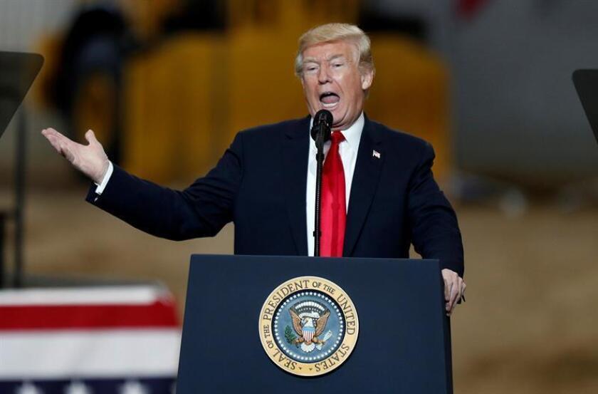 El presidente estadounidense, Donald Trump, habla sobre su plan de infraestructura hoy, jueves 29 de marzo de 2018, durante su visita al Local 18 del Campo de Entrenamiento de Richfield, en Ohio (EE.UU.). EFE