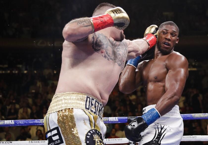 Andy Ruiz lanza un golpe al británico Anthony Joshua en un combate por el cetro de los pesados