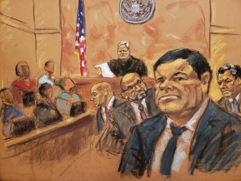 """Reproducción fotográfica de un dibujo realizado por la artista Jane Rosenberg donde aparece el juez de la corte federal de Brooklyn, Brian Cogan (fondo c), mientras lee el veredicto contra el narcotraficante mexicano Joaquín """"el Chapo"""" Guzmán (d) en el tribunal federal de Brooklyn para el distrito este de Nueva York (EE.UU.). EFE/Jane Rosenberg/Archivo"""