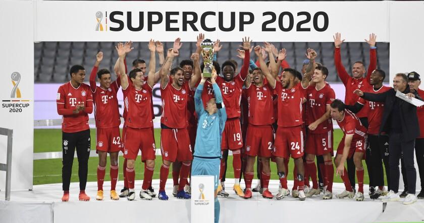 El arquero del Bayern Múnich, Manuel Neyer levanta la Supercopa, conquistada por el club el miércoles 30 de septiembre de 2020, con un triunfo sobre el Borussia Dortmund (Sven Hoppe/Pool via AP)