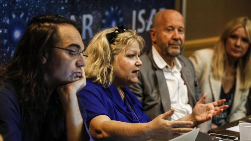 De izquierda a derecha: Alexander Imsiragic, Shelley Ackerman, Raymond Merriman y Antonia Langsdorf, de la International Society For Astrological Research, discuten algunas de sus predicciones para las próximas elecciones, el 11 de octubre pasado.